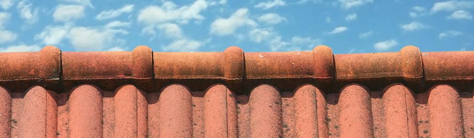 rood dak met blauwe lucht